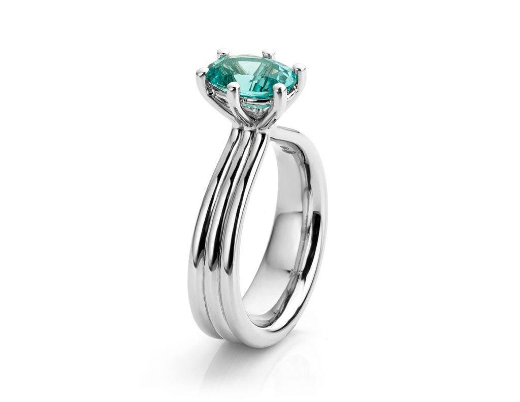 Ring met blauwe tourmalijn gemaakt van platina