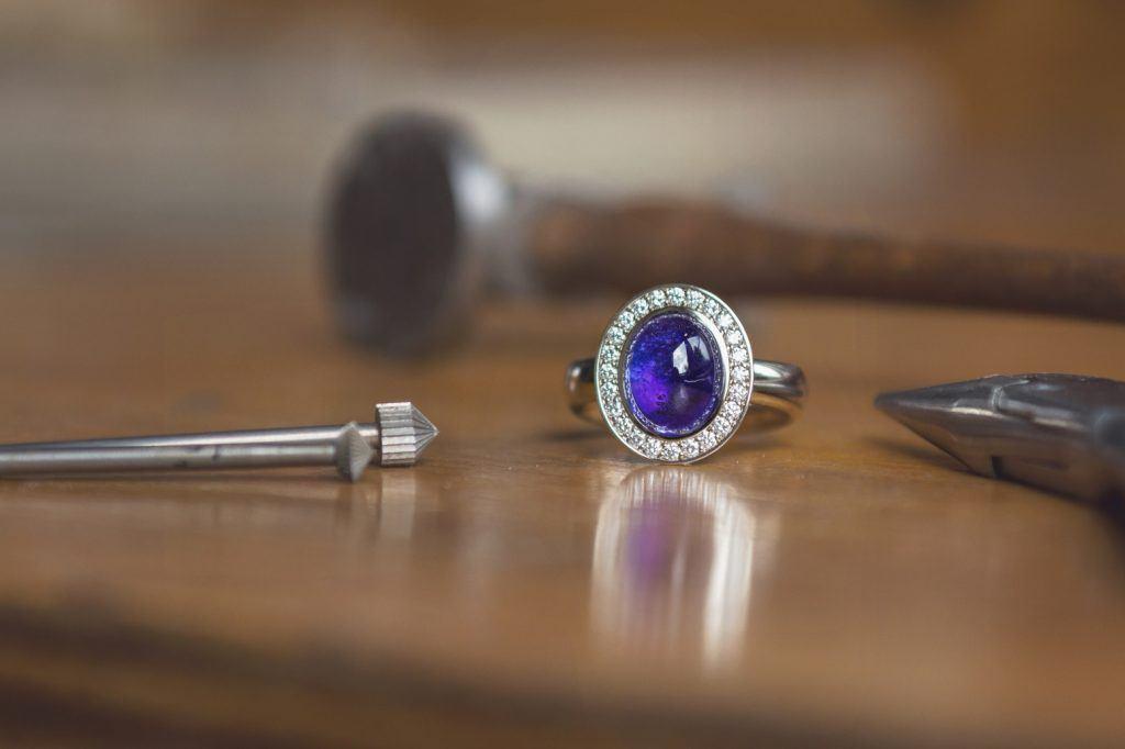 Ring witgoud met tanzaniet en diamant