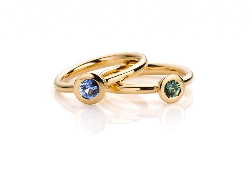 18 karaat geelgouden ringen met groene en blauwe saffier